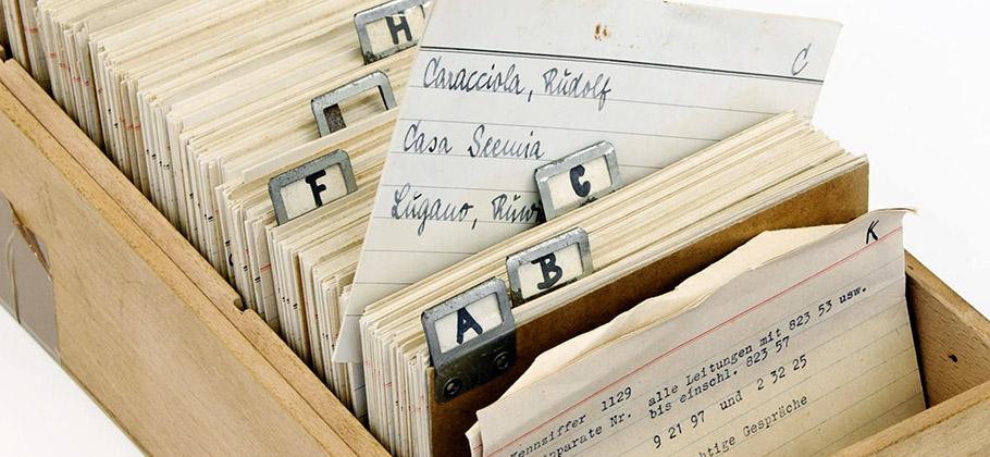 Dicht an dicht drängen sich die unzähligen leicht vergilbten Karteikarten, feinsäuberlich alphabetisch angeordnet.
