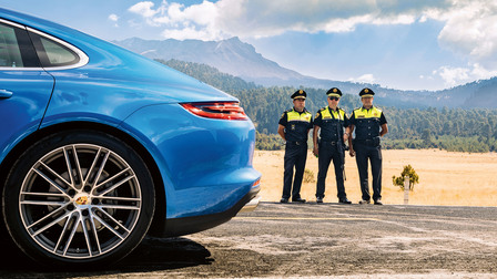 Porsche Police officers at the Ruta Panamericana