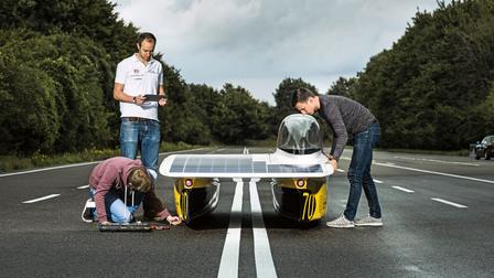 Markus Eckstein, Hendrik Löbberding and Marc Locke (l-r) with the sun car